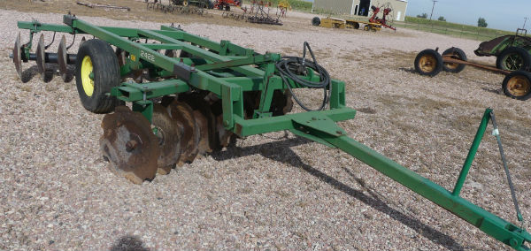 Used -- John Deere 2422 pull-type offset disc